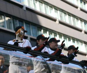 手を振る坂本選手と長野選手