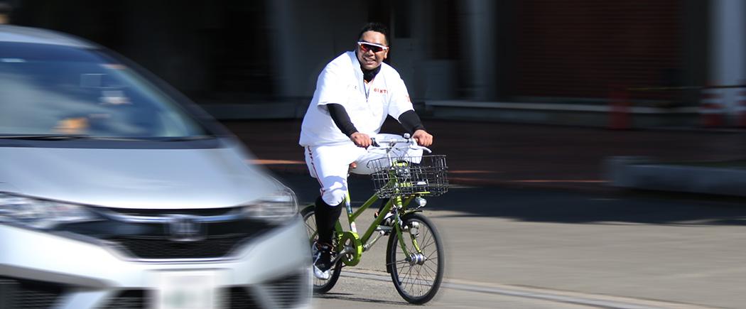 自転車で移動する阿部