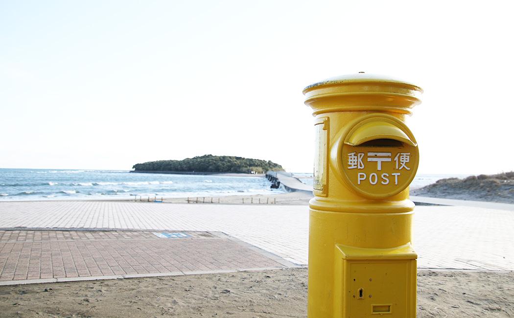 幸せの黄色いポスト。青島神社には豊玉姫と山幸彦の神話があり、縁結びでも有名