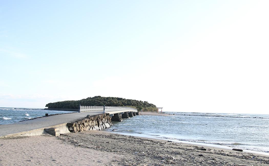 青島神社へつながる弥生橋。2月1日は雨だったため、由伸監督この橋を車で渡ったらしい