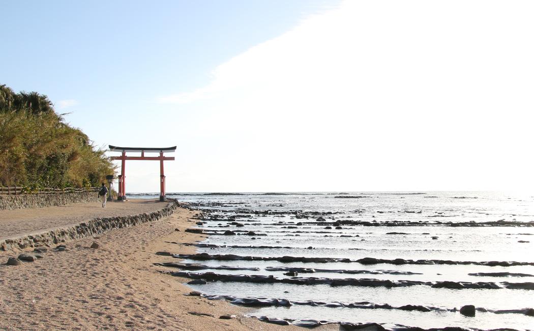 青島神社の大鳥居。鬼の洗濯板と呼ばれる岩場は満潮でに隠れている