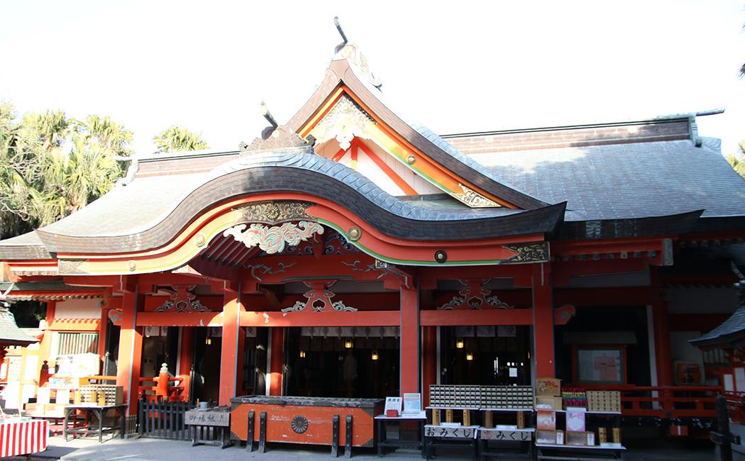 青島神社の本殿。右側には元宮に続く道があり、そこに絵馬が飾られている