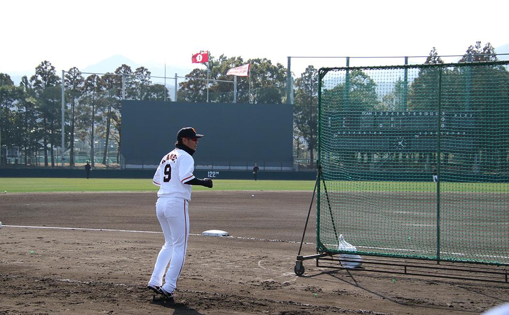 三塁ベンチ前で走塁練習する亀井