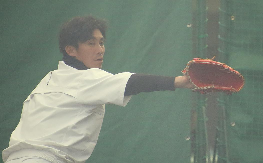 フォームをチェックしながら投げる吉川光