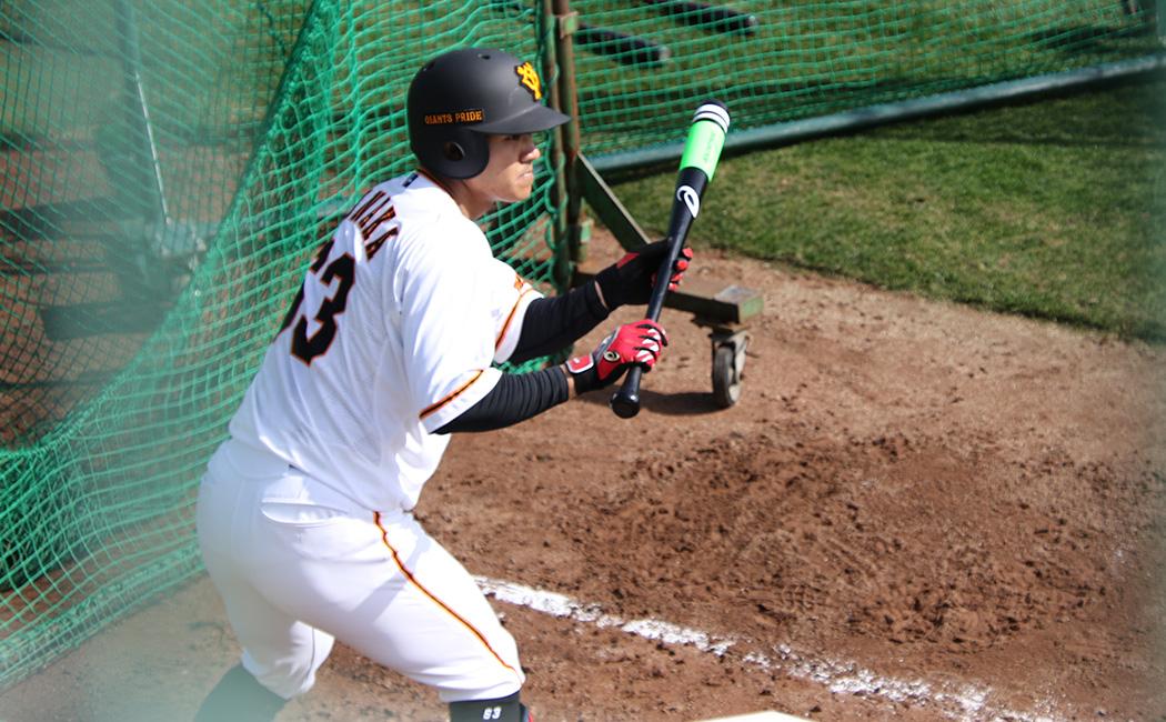 マシーンのボールをバント練習する田中俊太