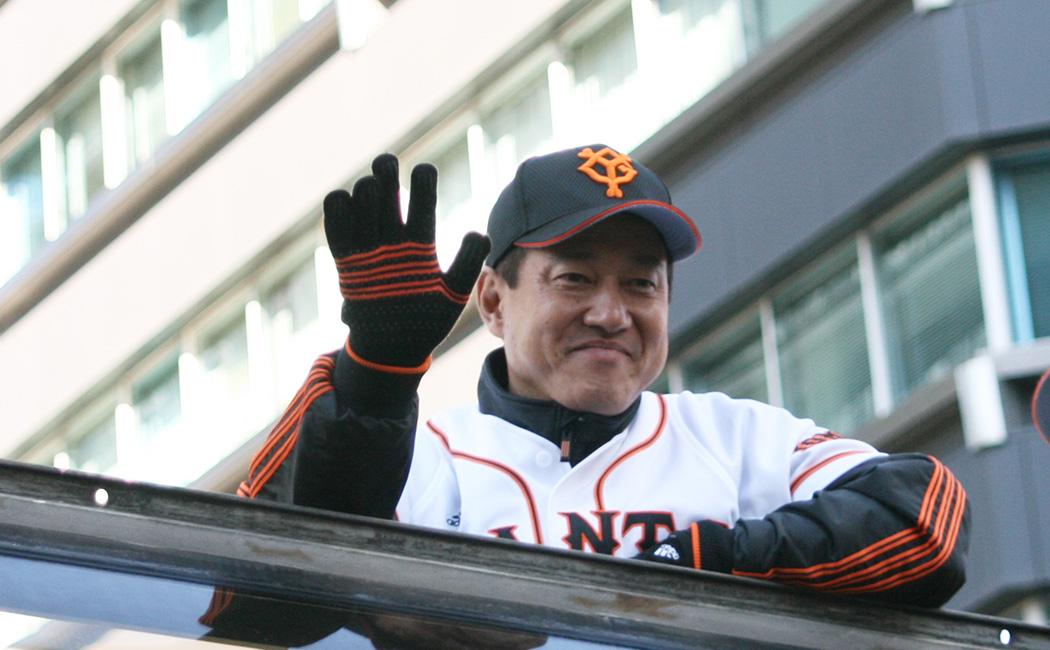 2012年の銀座パレードで手を振るジャイアンツの原辰徳監督