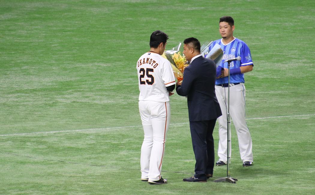 試合前のセレモニーでは、村田修一から背番号25を受け継いだ、両チームの4番打者・筒香と岡本が花束を渡した