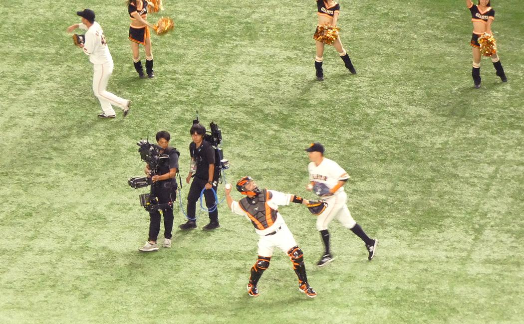 2019.9.27 ありがとう慎之助 試合前、スタンドにボールを投げ入れるキャッチャー阿部慎之助