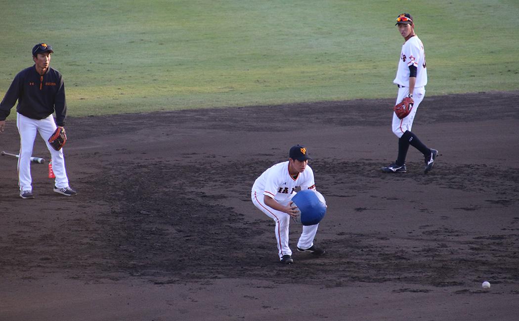 メディシンボールを使って、ボールに入る練習を繰り返す増田陸。