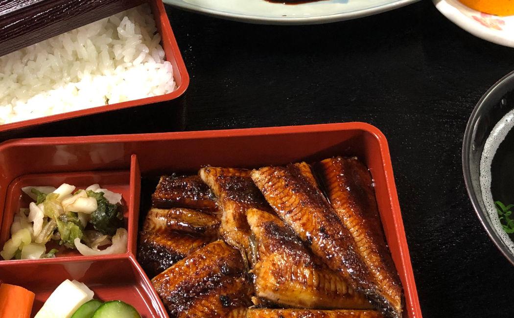 さっぱり系の鰻。白いご飯と鰻が別々のお重に